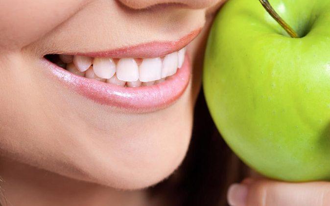 Sau khi tẩy trắng răng cần kiêng ăn gì?