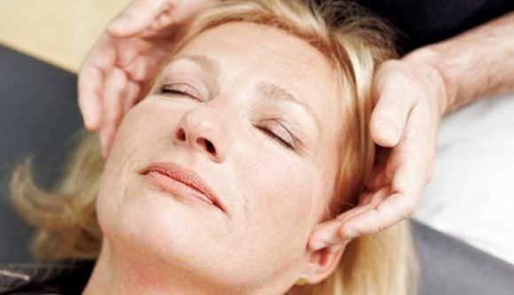 Xoa bóp nhẹ là phương pháp chữa rối loạn khớp thái dương hàm không xâm lấn.