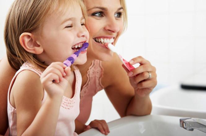 Thực hiện vệ sinh răng miệng 2 lần mỗi ngày